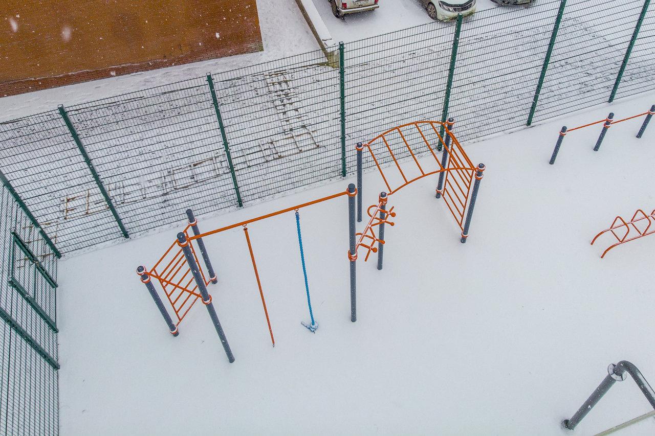 Новосибирск. Тульская, 82. Спортивно-игровая площадка.