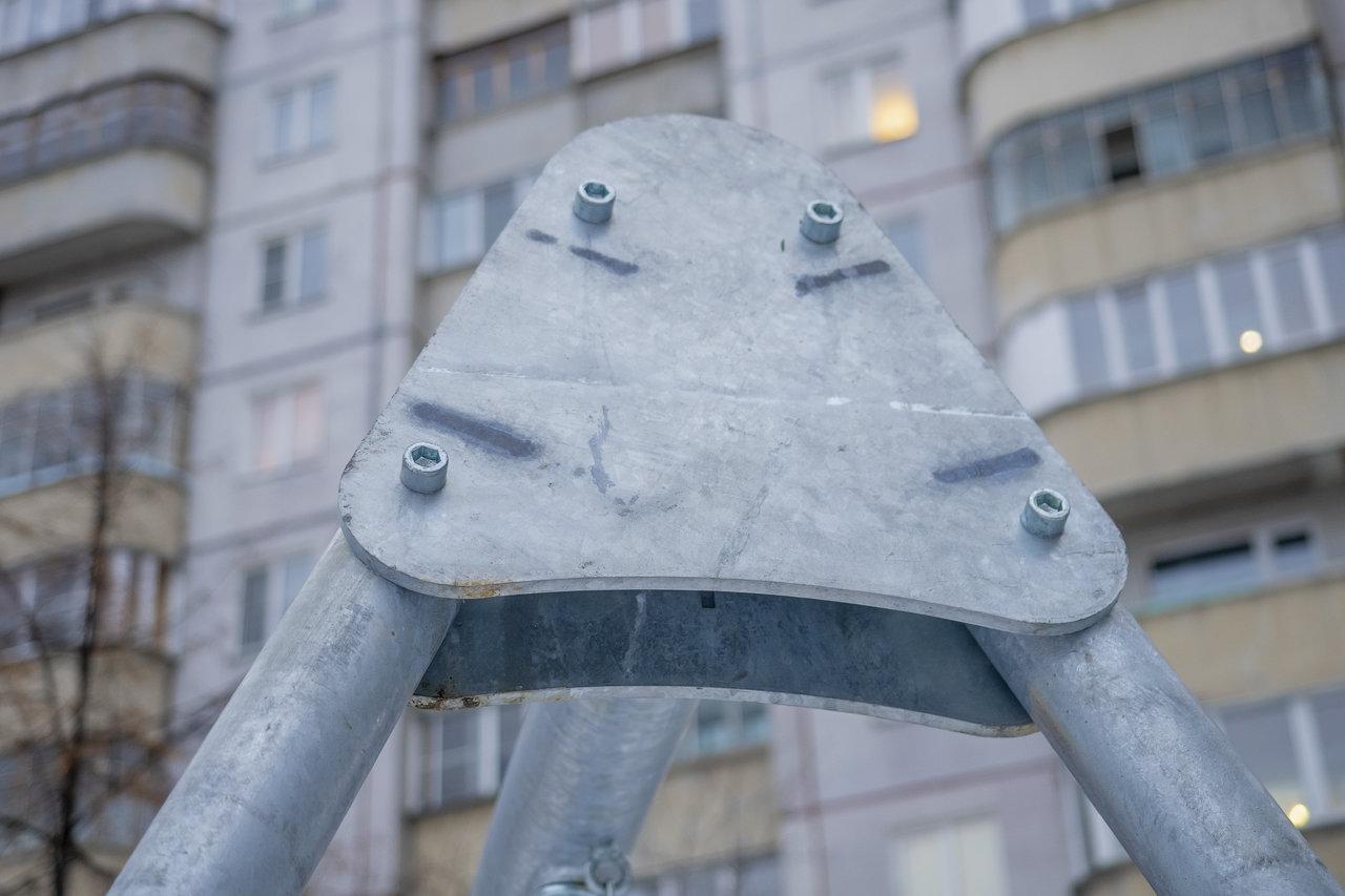 Качели металлические с тремя сидениями